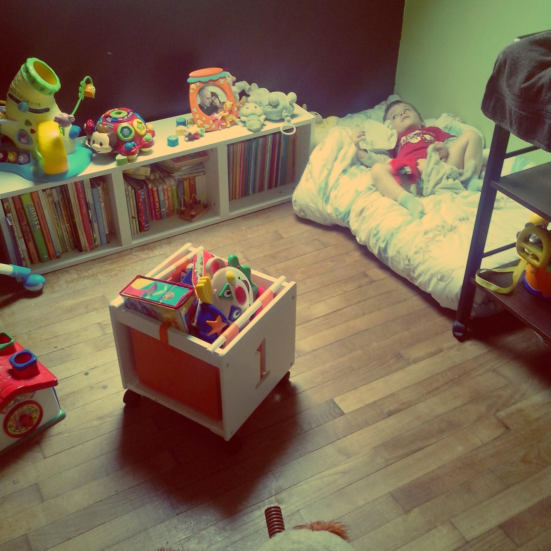 un lit de presque grand pour mini. Black Bedroom Furniture Sets. Home Design Ideas